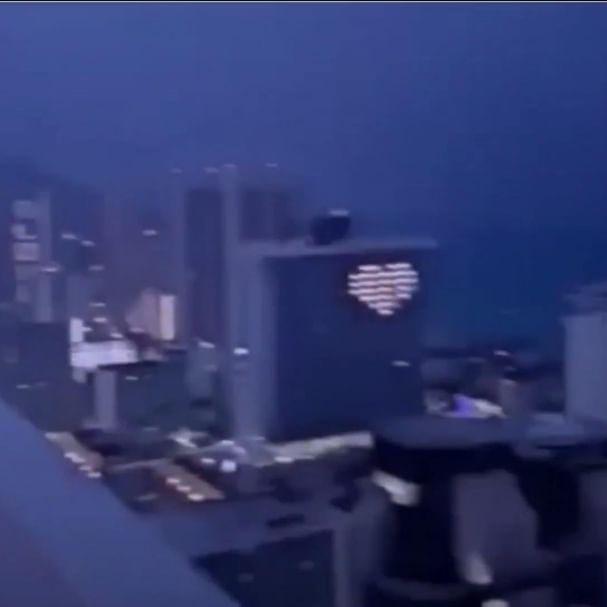 Guardia de seguridad es alcanzado por un rayo mientras grababa el paisaje.  En video quedó grabado el momento en que el hombre recibe la descarga que estremeció todo su cuerpo.