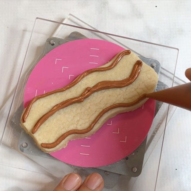 I promise these were really supposed to be churro cookies, somehow they look like maybe overdone bacon 🥓 🧐 I know I can totally work on the texture for next time lol so what do you think? Churro or bacon? 👇🏼👇🏼👀 •••••••••••••••••••••• Cutter @sweetsugarbelle  Piping bags @beesbakedartcookiesupplies  Cookie swivel @lc_sweets  Phone mount @arkonmounts 20% OFF W/CODE VERYCHERRYCAKES MODEL RCBTABLED www.arkon.com ••••••••••••••••••••• . . . . . #cookiedecorating #cookievideos #cookievideo #sugarcookiedecorating #sugarcookies #decoratedsugarcookies #decoratedcookies #galletasdeavena #galletasdeazucar #bakingvideo #cookier #sharethecookie #cookiestagram #cookiesofinstagram #cookiesofinsta #sweettreats #sweettreat #instacookies #churrosconchocolate #churros #churrosmexicanos