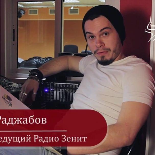 """Привет, друзья! Пока весна в Питере только на календаре, а за окном идет снежок, можете послушать стихотворение ведущего спортивных новостей на """"Радио Зенит"""" - Алексея Раджабова! Оно как раз про самую настоящую зиму⛄  А если вы тоже хотите поучаствовать в нашей эстафете🌟 Тёплые стихи 🌟, то снимайте видео и ставьте хештег #тёплыестихи  #тёплыйпитер #добрыедела #тёплыепоступки #напишисвоюсказку #благотворительность"""