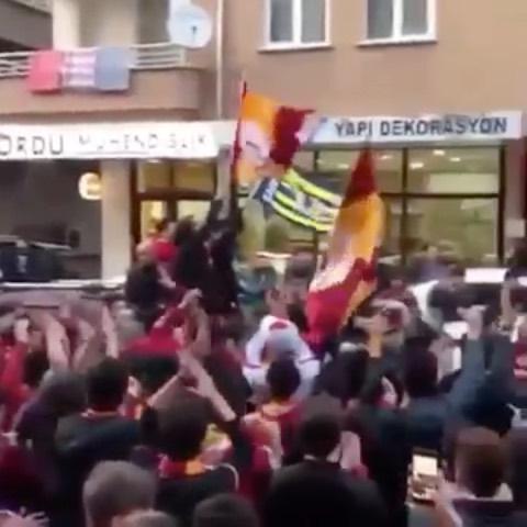 Söz konusu vatansa BİRİZ, TEKİZ, KARDEŞİZ! #Fenerbahçe #Galatasaray #Beşiktaş #Türkiye