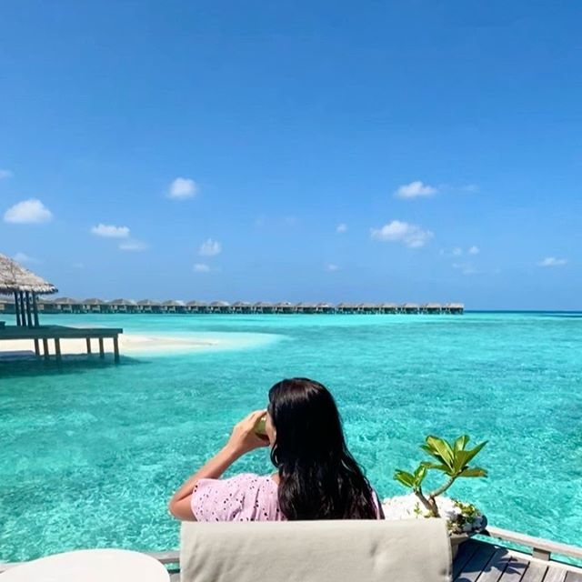I wanted to share a cup of tea with you virtually @vakkarumaldives along with this beautiful view.  Whilst I am currently not ✈️travelling at the moment. I am so  grateful that I am able to share @vakkarumaldives with you especially during these times when even I am being asked to stay at home. 💕Now that I am spending more time at home 🧘🏻♀️ I have been able to record and share 🎧 episode 50 of the #spaitgirl #podcast show especially for you or any of your family, friends too 💓 if you click the link in my bio @spaitgirl you listen in to the #spaitgirlpodcastshow and find out how to cope better during a global crisis with Tunteeya Yamoka who is a registered  psychologist @ikigai_psychology 🙏 I truly hope this podcast show is of help during this very unsettling time. Love you all to bits 😘 Stay Safe, Stay Healthy, Stay Positive, Stay Connected. DREAM BIG.