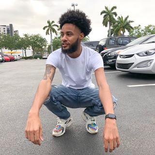 YouTuber 😤📸 SUBSCRIBE BELOW 👇🏽