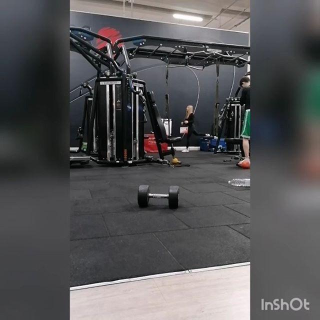 Split squat one arm over head💪💪💪 Equilibrio, stabilità, mobilità chi più ne ha più ne metta... 💪 Provare per credere #hastag #allenamento #mioallenamento #mywork #myworkout #workout #allenamentofunzionale #dumbell #splitsquat #functionaltraining #wod #crossfit #trainer #personaltrainer #nellotrainer #nellolaurotoptrainer