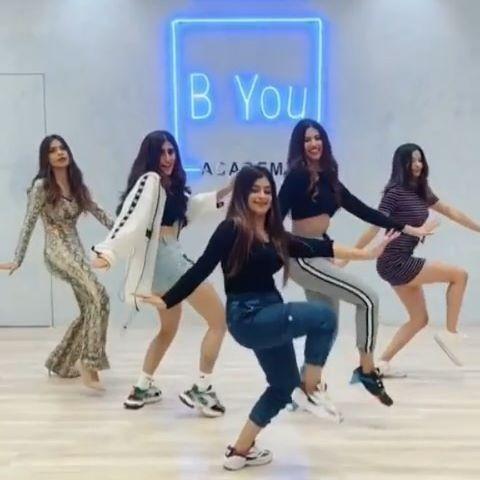 Dancing on this lovely song! 🔥 . . Dancers : @anamdarbar97 @akasasing @aasthagill ❤️ @nagmamirajkar @unnati_m @aashnahegde . . Location- @byou.in  #Naagin #Byou #Dance @sonymusicindia