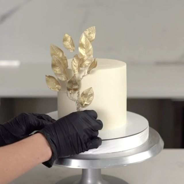 Листья из вафельной бумаги😌  Их так же можно сделать из мастики, если очень тонко раскатать🙌🏼 Как Вам такой минимализм? Да/нет?