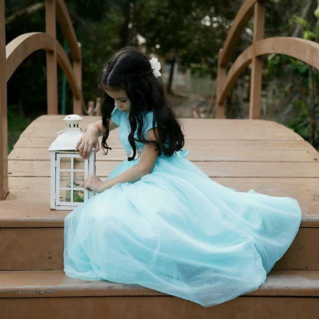 Se quiser que os seus filhos sejam brilhantes, leia contos de fadas para eles. Se quiser que sejam ainda mais brilhantes, leia ainda mais contos de fadas. Albert Einstein . . . . Ph: @annemirandafotografia . . . . #revistaportaltrindade #blogueirinha #criancaquebrinca #criancafeliz #aoarlivre #ensaioinfantil #contosdefadas #modeloinfantil