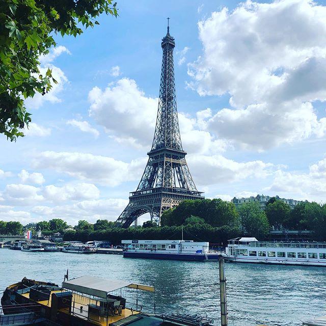 «Mais oui, je suis une girafe,  M'a raconté la tour Eiffel,  Et si ma tête est dans le ciel,  C'est pour mieux brouter les nuages»  La Tour Eiffel, Maurice Carême  Une belle balade pour retrouver une belle âme ❤️ @aoi_cheza  #toureiffel #eiffelturm #eiffelofficielle #eiffel_tower