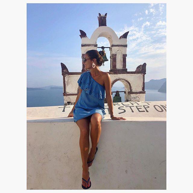 Blanco Oìa & azul Egeo  #alpantone #Santorini 💙🇬🇷 Este vestido es de una marca local de Río que descubrí hace un par de años: utiliza tintes naturales y lleva SFP: a  Farm-RJ. @adorofarm 👈🏻 ¡sus diseños son la bomba!