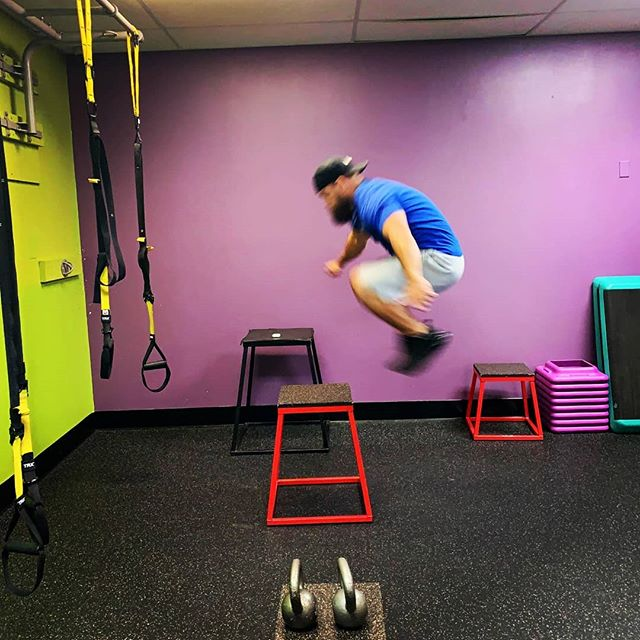 Got in some circuit training with my #swolemate yesterday💪 - Decided to hit legs and core to switch it up and lay off the heavy weights. - Book a free coaching call with me today so I can help you transform 👇 https://calendly.com/joshtransforms - #hiitworkout #circuittraining #boxjumps #legday #coreworkout #joshtransforms #obesetransformation #obesetofit #transformationcoach #onlinecoaching #bulgariansplitsquats #gympartner #training #healthylifestyle #getfit #weightlossadvice #weightlosscoaching
