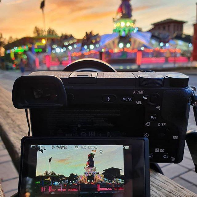 Fiesta al atardecer a través de la cámara...#sunset #fiesta #juegos #igersgranada #granada #granagrammers #sonyalpha #sonya6300