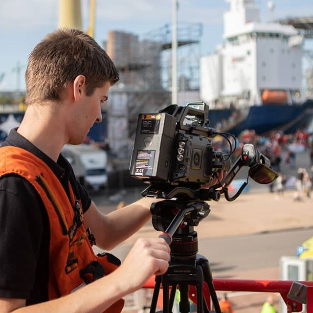 Waarom een drone gebruiken, als je ook een Hoogwerker van Brandweer Maassluis kan gebruiken.  Foto door: @firefighter_jasper  #Brandweer #filmen #Wereldhavendagen #whd #whd2018 #veiligheidsregio #veiligheidsregio #film #video #cameraman #ursa #ursaminipro #blackmagic #blackmagicdesign #firefighter #skylift #fire #firefighter #firedepartment #veiligheidsplein