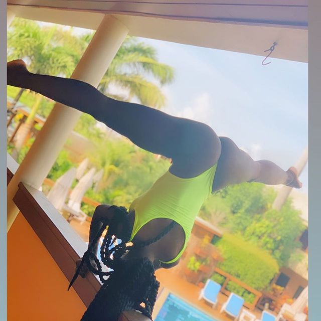 Earlier this morning 9 am BALANCE in BELIZE 🇧🇿 💫 🌱. When @reginaamariee_ is your cousin @royal.g is your friend and @rachelfit__ is your morning inspiration Get up Balance and Stretch in Paradise 🌴#jasminenoir #yoga #balance #meditation #danceizmydrug #caribbeangirls #habesha #headstand #flexibility #balance #discipline #belize #international