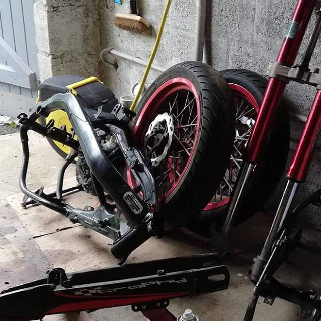 Salut à tous, nouvelle vidéo mécanique encore, on fini de tout démonter cette fois ci, allez voir ça 😉🔥 #moto #rouge #mrt #mecanique #rieju #50cc #80cc