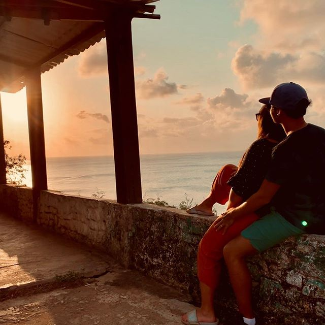 We can always start over. When the sun goes down another chance is given to us.  Don't loose it! 🌅 . . #suefaaround #noronhalovers #fernandodenoronha #sunsetlover #praiadoboldró #brasil #couplegoals #travelcouple