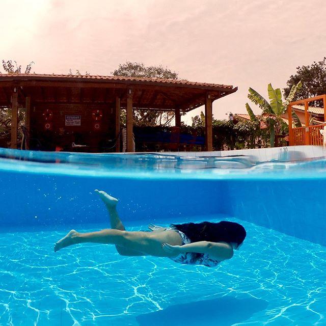 """Finalmente chegamos em #floripa na nossa #ilhadamagia que tem uma vibe incrível única e a gente é muito feliz aqui! .  Quem está acompanhando nossos stories, sabe que essa piscina não é da nossa casa kkkk já pensou?! Não seria nada mal!!!😂 mas estamos passando dias ótimos de descanso aqui no @hotelsaosebastiao no #campeche que é tipo nossa segunda casa aqui no #suldailha . Um hotel muito top, pertinho da praia do campeche, petfriendly, alfo muito importante para nós, afinal temos 3 """"filhos"""" peludos, uma natureza e jardim incrível, parquinho, Salao de jogos, um café da manhã top e claro 2 piscinas, uma externa e outra interna, ambas aquecidas, tanto que hoje apesar do ventinho fomos dar um mergulho e fazer algumas fotinhas! . Inclusive antes de viajarmos nos hospedamos aqui por praticamente 3 semanas, viramos """"moradores"""" do hotel e tem tudo aí salvo nos destaques dos stories, inclusive fizemos um video mostrando todo o hotel, vou deixar o link nos Stories pra vcs! Assista lá em nosso canal no YouTube!!! . E aí está pensando em vir conhecer floripa ou já conhece? Qual região vc prefere norte ou sul da ilha?? . #florianopolis #hotelsaosebastiao #praiadocampeche #piscinaaquecida"""
