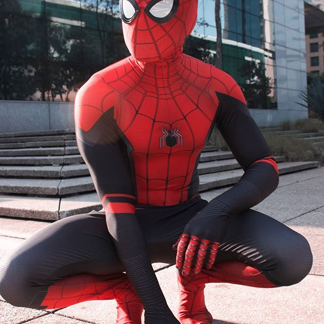 A huge thanks to @ezcosplay for this amazing suit! 👌🏻🕷 Photo: @itsreah_