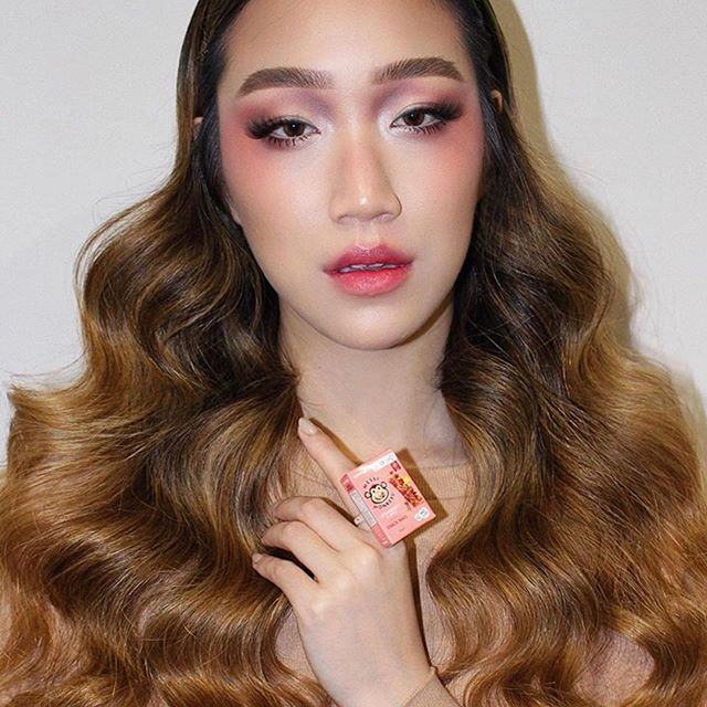 You can find makeup inspiration anywhere! @janellemyh up-cycled her Coles Little Shops and created this look using the NEW Shot of Colour Lip Oils in 'Kpop Boyfriend' and 'Punch Love Drunk' 💕