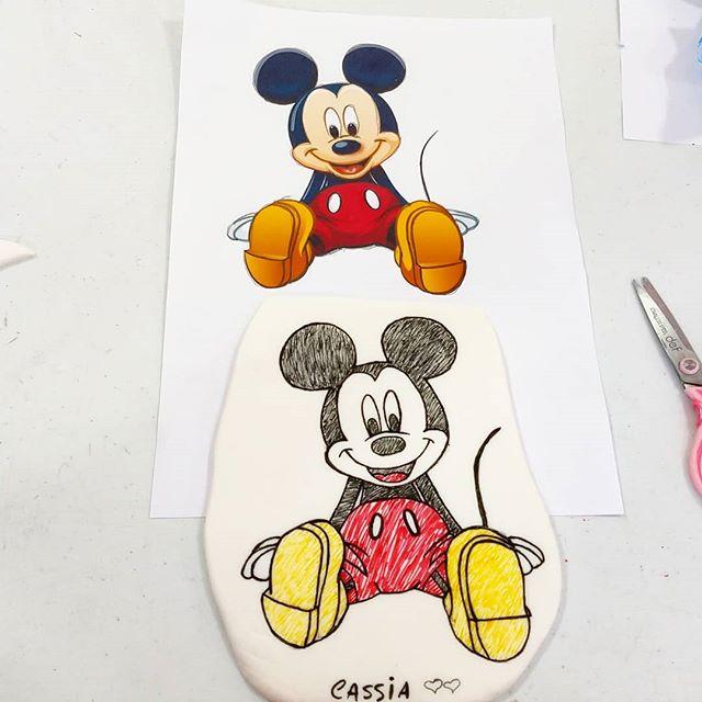Mickey desenhado e pintado a mão 🥰 na pasta americana .. #pinturaempastaamericana  #mickeymouse  #mickey