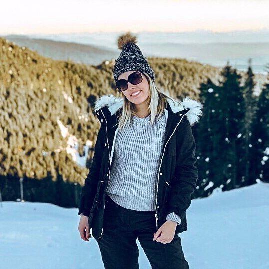 Essa foto foi tirada em um final de tarde em Grouse Mountain, durante um sunset espetacular! Já falei da Grouse Mountain aqui para vocês antes! É uma montanha de ski que fica em North Vancouver, ou seja, de muito fácil acesso também! Para subir na montanha existem duas opções: bondinho ou trilha. Confesso que não fiz a trilha, mas sei que o nível é de moderado a difícil. De qualquer forma, o importante é subir, porque além do sunset tem uma vista maravilhosa pra Vancouver! ☀️❄️ ⠀⠀⠀⠀⠀⠀⠀⠀⠀ ⠀⠀⠀⠀⠀⠀⠀⠀⠀ ⠀⠀ ⠀ ⠀ ⠀⠀⠀ ⠀⠀⠀⠀⠀⠀⠀⠀⠀ ⠀⠀⠀⠀⠀⠀⠀⠀⠀ ⠀⠀ ⠀ ⠀ ⠀⠀ ⠀⠀ ⠀⠀ ⠀⠀⠀⠀⠀ ⠀⠀⠀⠀⠀⠀⠀⠀⠀ ⠀⠀⠀⠀⠀⠀⠀⠀⠀ ⠀ ⠀⠀⠀⠀⠀⠀⠀⠀⠀ ⠀⠀⠀⠀⠀⠀⠀⠀⠀ ⠀⠀ ⠀ ⠀ ⠀⠀ ⠀ ⠀ ⠀ ⠀⠀ ⠀⠀⠀⠀⠀⠀⠀⠀⠀ ⠀ ⠀ This picture was taken at the end of the day at Grouse Mountain, during a spectacular sunset! I've told you about Grouse Mountain before; it is a ski resort located at North Vancouver, which means it is very easy to access! To go up there are two options: cable car or trail. I didn't do the trail but I know it is moderated/difficult. Anyways, the important thing is to go up because, additionally to the sunset, there's a stunning view to Vancouver! ☀️❄️ ⠀⠀⠀⠀⠀⠀⠀⠀⠀ ⠀⠀⠀⠀⠀⠀⠀⠀⠀ ⠀⠀ ⠀ ⠀ ⠀⠀⠀ ⠀⠀⠀⠀⠀⠀⠀⠀⠀ ⠀⠀⠀⠀⠀⠀⠀⠀⠀ ⠀⠀ ⠀ ⠀ ⠀⠀⠀ ⠀⠀⠀⠀⠀⠀⠀⠀⠀ ⠀⠀⠀⠀⠀⠀⠀⠀⠀ ⠀⠀ ⠀ ⠀ ⠀⠀ ⠀⠀ ⠀⠀ ⠀⠀⠀⠀⠀ #canada #canada_gram #canada_pic #canadaphotography #canadatravel #canadaviews #canadalovers #canadalove #canadalife #explorecanada #canadatrip #bcisbeautiful #dailyviewbc #beautifulbritishcolumbia #barbaratravels #vancouver #vancouverbc #vancouvercanada #vancouver_ig #vancouverisawesome #vancouverlife #vancouverviews #vancouverblogger #vancouverstryle #womentravel #trendhunter #travelgirlshub #femmetravel #grousemountain #grousemountainvancouver