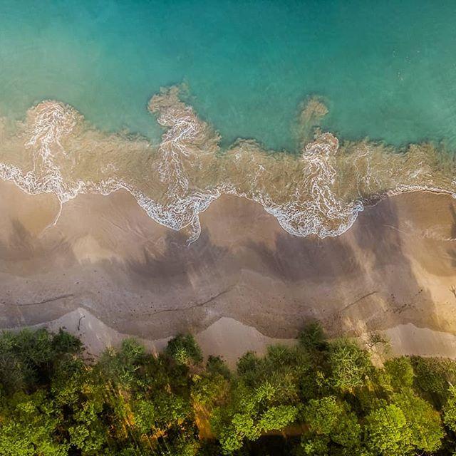 Siempre en busca del amanecer perfecto... Me encontré este lugar, realmente es una playa soñada. Viéndola desde el aire no dudo que por sus corrientes es peligrosa si no se tiene el debido cuidado. Aproveche los primeros rayos de luz para inmortalizar mi sombra en la arena. . . #costarica #guanacaste #playarajada #goplaya #descubrecr #thisiscostarica #CRfanphotos #visitcostarica #drone #dji #dronedaily #drones #mavicair #playa #beach #beachlife #paradise #nature_brilliance #nature_perfection #nakedplanet #planetearth #adventureisoutthere #exploremore #costaricacool #costaricaexperts #topview #dronefeed #discoverdrone