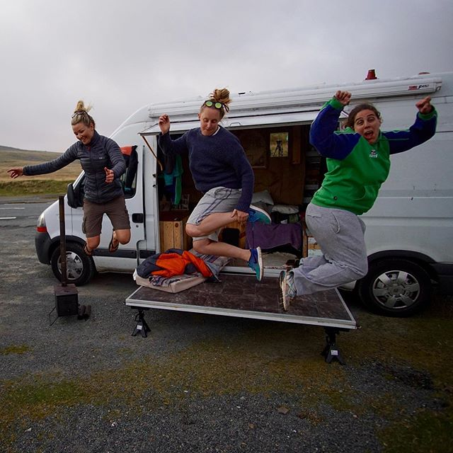 If only you knew how long it took us to get a picture of us all in the air 😂😂😂🙈 Check a few of the fails ➡️😜 @freebirds_adventures@corinna_earner  #amature #vanlifeuk #vangirlsrule #eveningsinthevan #crazyfriends #womenwhoexplore #femaleadventurer #vanlife #gottolaugh #wildnights #wales #breconbeacons #breconbeaconsnationalpark #vanadventures #vantravel #wildwomen #jumpstyle #bemorerandom #2born2travel #lifestyle #tinyhouseliving #youtubers