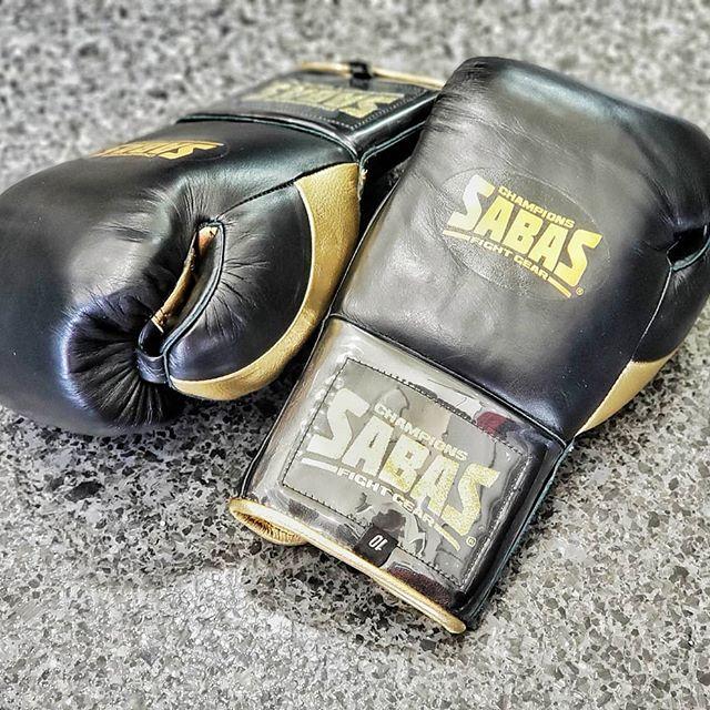 Black & Gold www.sabasfightgear.com  #gearup #prime #blackandgold #boxinggloves #boxing #boxeo #boxeomexicano #traininggear #sabascustom #sabasboxing #sabas #sabasfightgear #teamsabas #boxingtraining #fitfam #boxingfitness #boxingtraining #trainhard