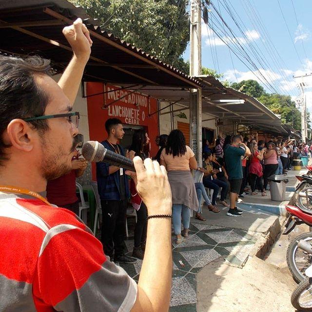 """Paralisação das trabalhadoras e trabalhadores da Vikstar Contact Centerem Teresina - Piaui  Os operadores de telemarketing paralisaram durante uma hora, durante o horário de 13h às 14h. O estopim para a paralisação foi a ausência de um transporte para os trabalhadores, que estão semalternativade ônibus do terminal até a empresa, que fica localizada no Distrito Industrial, zona Sul de Teresina. A greve foi organizada pelo Movimento Luta de Classes.  De acordo com informações do Sindicato das Telecomunicações do Piauí (Sintel-PI), o quadro corporativo da empresa é 80% feminino, e pelo menos quatro foram assaltadas durante o percurso de dois quilômetros entre a empresa e o terminal. Somado a isso, também há relatos de assédio e machismo contra as trabalhadoras dentro da própria empresa.  A urgência do ônibus foi atendida pela empresa. """"Desde o dia 23 estávamos sem ônibus, que ia do Terminal do Parque Piauí até a empresa. Era uma linha normal que saiu. Então a empresa deveria substituir esse ônibus. Tivemos quatro assaltos nesse período, além do sol quente. São mais de dois quilômetros para caminhar"""", conta o sindicalista Pablo Aguiar do MLC. Grande vitória da luta! Viva o organização e luta da classe trabalhadora!  Informações do MLC e do site meio norte.com  #trabalhadora #trabalhador #greve  #GreveGeral  #LUTA  #telemarketing  #tele  #unidadepopular"""