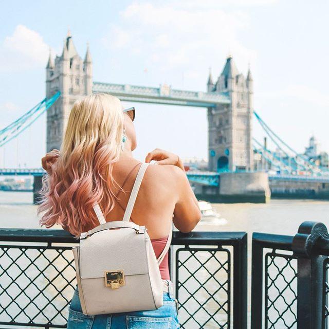 My pink hair is almost all out now but my memories from London live on 💞 . . . . 📸: @frompariswithcurves . . #teamkaptainkenny #damestravel #sheisnotlost #prettycitylondon #towerbridgelondon #discovereverycorner #femmetravel #traveldreamseekers #travelbloggerlife #mondaymemories #pinkhair #londoncitylife #travellifestyle #girlsdreamtravel #girlpowertravel #journeyofgirls