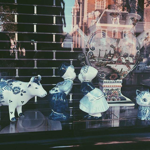 My older sister has one of these, but I think they originated in Holland? Idk #porcelaindolls#porcelainchina#couple#porcelainanimals#instatravel#travel#instadaily#potd#cute#fragile#art#amsterdam#creative#love#holiday#dutchboyandgirlkissing