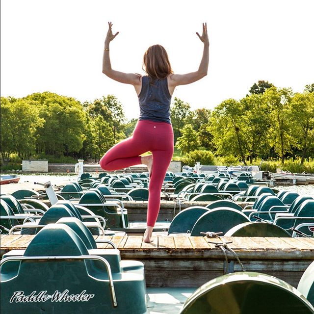 Indian Summer? Maybe! ⠀⠀⠀⠀⠀⠀⠀⠀⠀ Carving out time each week to be outdoors has a proven positive impact on mental health. Can you commit to taking advantage of some of the heat, sun and breeze we're experiencing? 🖤 ⠀⠀⠀⠀⠀⠀⠀⠀⠀ ⠀⠀⠀⠀⠀⠀⠀⠀⠀ ⠀⠀⠀⠀⠀⠀⠀⠀⠀ ⠀⠀⠀⠀⠀⠀⠀⠀⠀ #indiansummer #fallboating #yogaoutdoors #treepose #libertyville #yogaasana