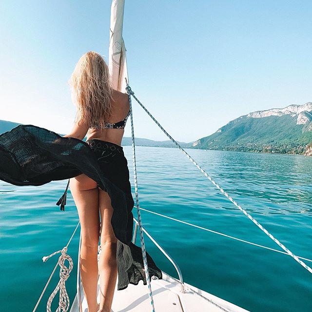Felt like a goddess out on the water at Lake Annecy. . . . #sunsout #sheisnotlost #lakeannecy #lacdannecy #teamkaptainkenny #sailaway #tkkfrance #damestravel #girlsdreamtravel #journeysofgirls #travelfemme #thedreamytravels #femmefatale #sheexplores #summerisntoveryet #traveldreamseekers #girlpowertravel #
