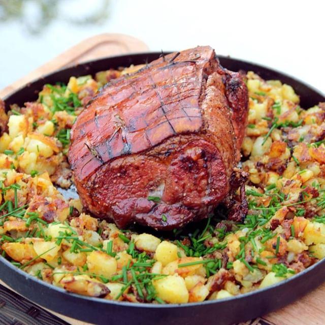 Braucht ihr noch eine Inspiration für Sonntag⁉️ Die #wiesn startet! Wie wäre es also mit 👉Krustenbraten mit Honig-Bier-Marinade mit Bratkartoffeln aus der Gusspfanne? 😍Mahlzeit und Prost! 🍺#oktoberfest #grimmbogrillt #essen #grillen #fooddiary #kochen #allfiredup #beef #grillmarks #manfood #beefporn #foodie #foodporn #foodgasm #meatporn #meatlover #steakporn #monstersteak #meatlove #bbq #barbecue #bbqlife #grill #grilling #hotncold19 #instafood #pizza