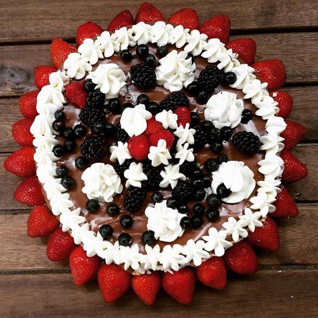 #chocolate#strawberry#blueberry#blackberry#chantilly#cream#pavlova
