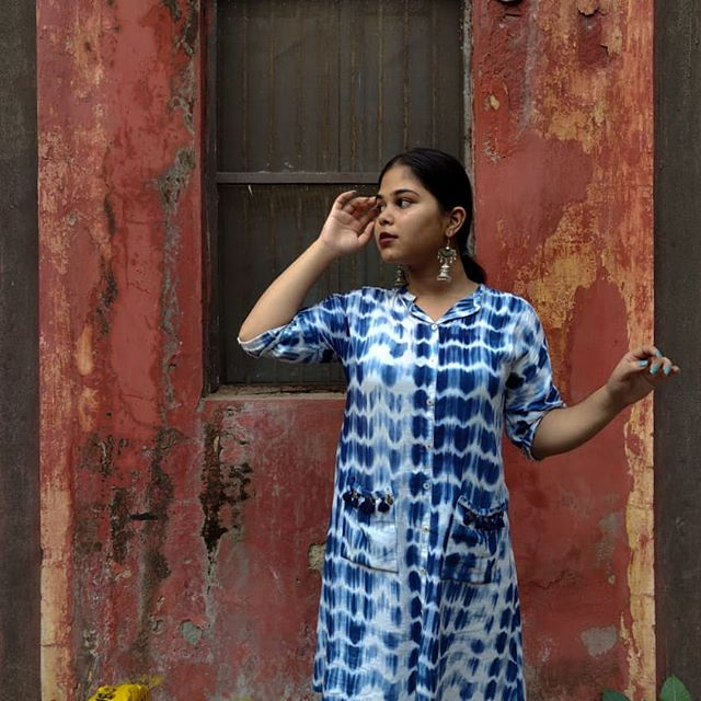 Natural and effortless posing is for the weak duh. . . Also, @shreyyyyyaaaa  how do you do this?  #indianethnic #rusticwall #indianaesthetic #indianstreets #tiedye #simplenails #redwall #everydayoutfit