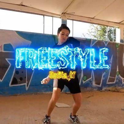 Aquí está el vídeo de hace unas semanas! Le he metido unos cuanto efectos con Neón que a ver si os molan! (coméntame abajo!) graciias a @marc.493 porque hay algunos planos de el y a @sofiia_tf por ese pedazo de freestyle🔥#freestyledance #dance #hiphopdance #danceedit