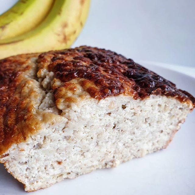 Jour 3 - 𝘓𝘦 𝘣𝘶𝘵 𝘥𝘦 𝘭𝘢 𝘷𝘪𝘦, 𝘤𝘦 𝘯'𝘦𝘴𝘵 𝘱𝘢𝘴 𝘭'𝘦𝘴𝘱𝘰𝘪𝘳 𝘥𝘦 𝘥𝘦𝘷𝘦𝘯𝘪𝘳 𝘱𝘢𝘳𝘧𝘢𝘪𝘵, 𝘤'𝘦𝘴𝘵 𝘭𝘢 𝘷𝘰𝘭𝘰𝘯𝘵é 𝘥'ê𝘵𝘳𝘦 𝘵𝘰𝘶𝘫𝘰𝘶𝘳𝘴 𝘮𝘦𝘪𝘭𝘭𝘦𝘶𝘳.  3ème jour du programme de @davidcostacoach 💪. Aucune frustration alimentaire car aucun aliment n'est interdit et les quantités sont plus que correctes, c'est top! ✌. . Au programme du petit-déjeuner de ce matin: un 🎶 bananana, bananana, banana bread 🎵 😂. . Pour m'excuser de vous avoir mis cette chanson en tête, je vous file ma recette 😝. . ********************************** Ingrédients: ✅ 2 bananes. ✅ 60g de flocons d'avoine. ✅ 35g de poudre d'amande. ✅ 20cl de lait d'amande non sucré. ✅ 2 càc de levure. ✅ 1 oeuf. ✅ 50g de whey à la vanille (optionnel). . Préparation: ▶️ Préchauffer le four à 180°C. ▶️ Écraser les bananes. ▶️ Ajouter le reste des ingrédients et bien mélanger. ▶️ Mettre dans un moule en silicone et enfourner pendant 40 minutes. ▶️ C'est prêt !. . Avec ces proportions, vous en avez deux parts 😯! Quand je vous disais qu'il n'y avait pas de frustrations 😇. . . . . . #recette#cuisine#nutrition#bananabread#banana#cake#breakfast#healthyfood#healthybreakfast#healthysnack#fitfood#healthyrecipes#recettesaine#mangermieux#mangersain#mangerequilibre#eatclean#eathealthy#reequilibragealimentaire#fitmum#fourchetteetbikini#dietetique#cleaneating#homemadefood#partagestesrecettes#recettefacile#gourmandise#gateau#minciravecplaisie#saindelicieux
