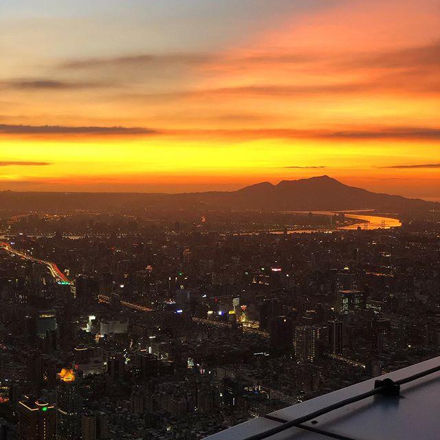 Taipei's sunset 🌇 ⛩🇹🇼 #taiwan #taipei #asia #holidays  #travelling  #taipei101 #sunset #sun