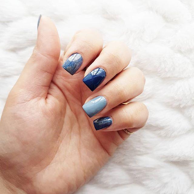 Uñitas 💅 por @beautymarury . . P.d. combinan con mi bata de dormir 😂😍 #Latepost #ensenada #nails #bluenails #hologram