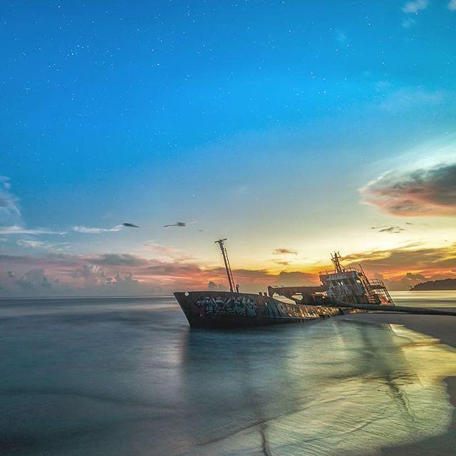El reciliente. Siempre me han gustado los contrastes y nada mejor que un amanecer para ilustrar la calma y los restos de un barco arrastrado por una gran tormenta.  Un amanecer frente a playa grande en Manzanillo limón. . #costarica #visitcostarica #CRfanphotos #costaricacool #descubrecr #thisiscostarica #longexposure #sea #sunrise #amaneceresCostarica #landscapelover #Manzanillo #limon #sky_brillance #sky_sultans #pastels #board #boat #longexposure_shots #largaexposicion #caribe #dorian #huracane #hurricanedorian #hopefully #adondeircr #paisajescostarica #planetframe #exploretocreate