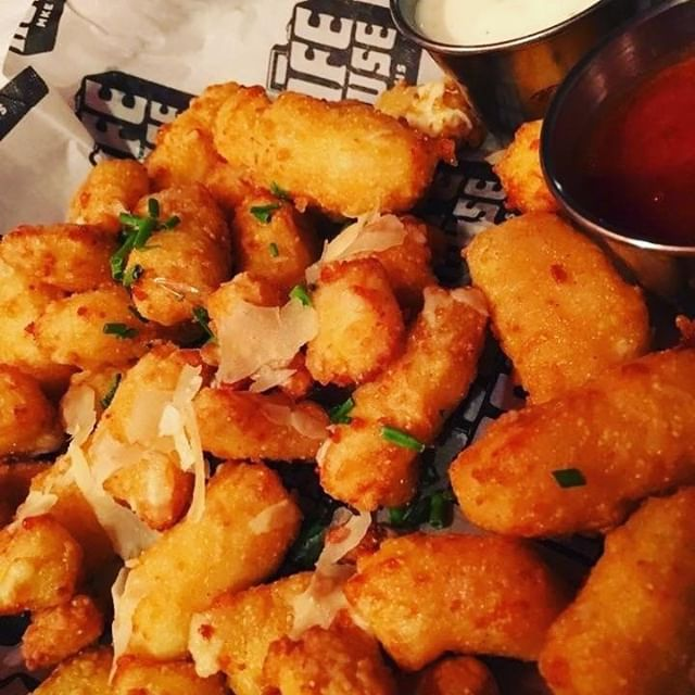Cheese curds never looked so good! 🧀😋😩 #milwaukeefoodie #milwaukeefood #cheesecurds #safehousemilwaukeee #safehousemke . . .  #Repost @amarettoboot #cheesecurds