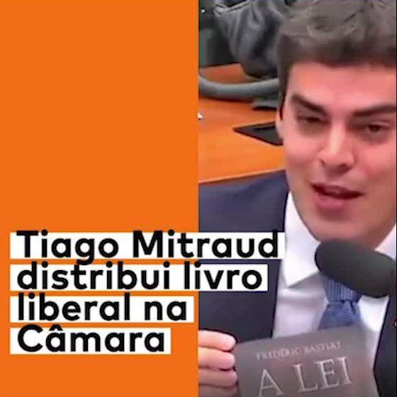 Tiago Mitraud distribui livro liberal na Câmara