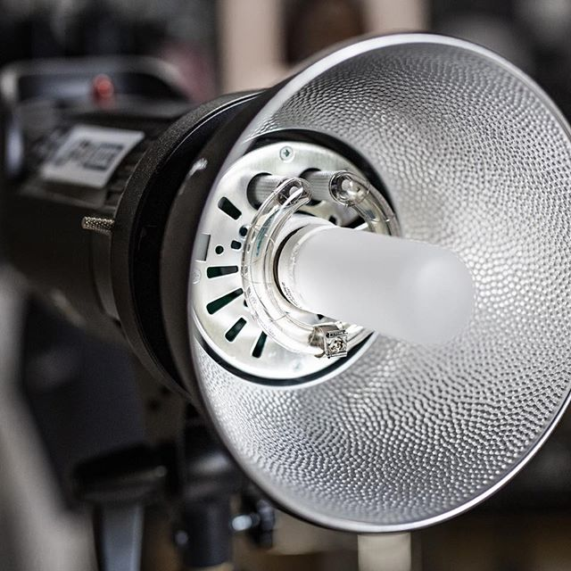 Wbijajcie na naszego bloga. Właśnie pojawił się nowy wpis o podstawach oświetlenia w studio ⚡️blog.digital24.pl ... #fotografia #digital24 #teamd24 #quadralite #profoto #oświetleniestudyjne #studiofotograficzne #photographystudios #lampystudyjne #błysk #quadraliteatlas