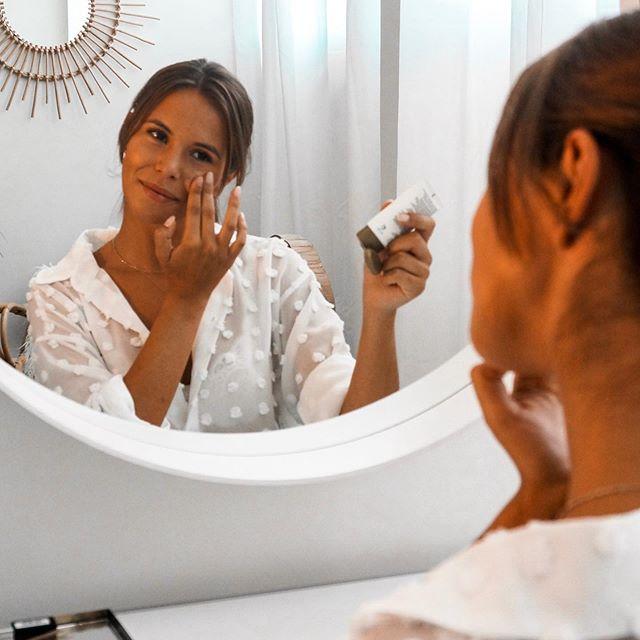 #PUB Como sabem nos últimos meses a gama @yourgoodskin.Portugal tem sido a minha aliada para manter a pele iluminada e saudável! Para além do creme de dia, o gel de limpeza e o concentrado de equilibro, adicionei recentemente o creme de noite a minha rotina diária! Como sabem a limpeza ao final do dia é uma das rotinas mais importantes para quem quer manter uma pele saudável. Por isso, após lavar a cara com o gel de limpeza, aplico o creme de noite que hidrata e reequilibra a minha pele enquanto durmo. A melhor parte? Têm uma textura leve e oil free que é facilmente absorvida e apta para todos os tipos de pele! 😊😊😊 #ygsportugal #yourgoodskinportugal #goodskinforlife #skincare #naturalbeauty #healthyskin #skincare