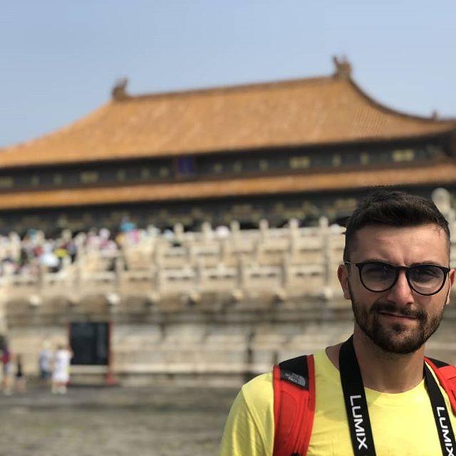 """🇬🇧🇬🇧🇬🇧🇬🇧🇬🇧 💥 THE FORBIDDEN CITY 💥 🆕 🌍 🇮🇹🇮🇹🇮🇹🇮🇹🇮🇹 Comincio dalla verità: io prima di andare a Pechino, ne conoscevo solo il nome, non l'avevo mai vista.  Ogni giorno possono entrare """"SOLO"""" 80MILA persone, non oltre. 20 minuti dopo l'apertura era sold out 😱😱😱. E quando, 2 giorni dopo (avendo prenotato), ci siamo tornati, ho capito perché. Perché è davvero davvero MAESTOSA . RICHIPEDIA ci dice che con i suoi 720mila m2 è il palazzo più grande al Mondo. 😱😂 😁 💥✔️ 💥😂 💥✔️ 💥 💥 💥  Per anni le dinastie Ming e Qing vissero lì. Come sarebbe vivere in un palazzo Gigante oggi? 💥💥 💥 💥 💥 💥 💥 💥 💥 💥 💥 💥 💥 💥 💥 💥 💥 💥 💥 💥 💥 #forbiddencity  #beijingchina #beijing🇨🇳 #beijingtravel  #chinaboy #chinagirls #visitbeijing #visitchina #asiangirls #asiantraveller #travelbloggerlife  #travelbloggeritaliani  #viewpoints #amazingplacestosee #photolovers📷 #likeformorelike #recent4recents  #italianboy #storiarte #igers_sicilia_ #sicilia_photogroup #igers_catania #cittàproibita 🙏❤️ A breve le Altre 😁 coming soon 🔜"""