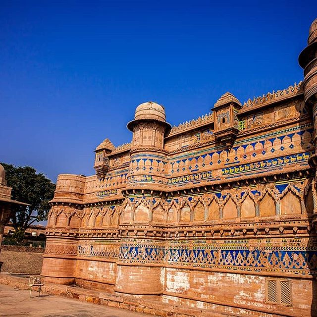 💖Leave a comment for people to see this amazing medieval site in North India. 💖This is Gwalior Fort dating back nearly 600 years! 💖It is divided in multiple parts each part being steeped in history that will fascinate you, starting from the Royal quarters to the ladies private palaces to the prison. 💖This is also the place where the famous Queen of Jhansi fought one of her last battles against the British during the first war of Independence against British rule in 1857. 👉How to get there? There are many ways; trains, buses, private cars, flights. 👉But if you DM me, you will have a first class experience and enjoy your journey and history and sights and food and so much more. Photo by @life_and_times_of_krish .