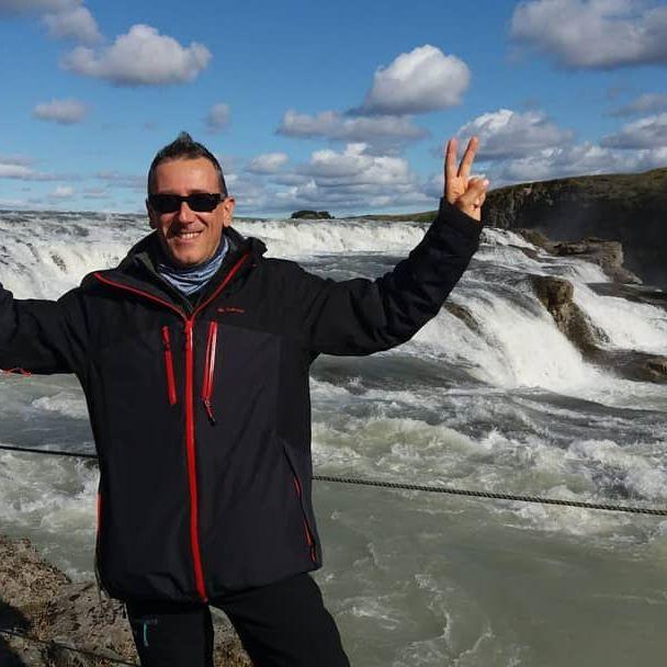 Cascate Gullfoss... impressionante la forza dell'acqua!!!! Oggi abbiamo preso una splendida giornata di sole, ci siamo anche abbronzati 😁 ~ ~ ~ #gullfoss #gullfosswaterfall #iceland #islanda #lavoroperviaggiare #travelphotography #travellers #family #sun #bluesky #travelblogger #cascata #cascate #falls #fall #water @mondoareoporto