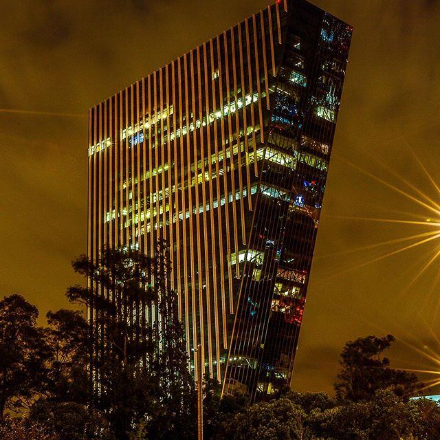 Tome esta foto hace unos días, alguien sabe ¿Cómo se llama esa torre? ¿Que les parece esta foto nocturna ? #Cisconney
