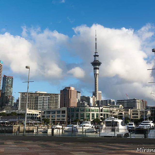 Auckland. Desde aqui iniciamos nuestra nueva aventura, muchas incertidumbres vienen a nuestras cabezas... Pero no importa, todo ira fluyendo y se iran concretando nuestros deseos. Le dimos un respiro a nuestros pensamientos y caminamos sin un rumbo determinado por Auckland. ¿Ustedes de que forma calman a su cabeza loca? . . #travelphotographer #traveldeeper  #passionpassport #igtravel #trip #travelpics #travelblogger #dametraveler #travelgram #travelblog #blogdeviajes #instatravel #travelcouple #viajeros#comuviajera #retrato #portrait #aventura #adventure #travellife  #traveladdict #revolucionviajera #backpackersintheworld #nz  #auckland #newzealand #nuevazelanda #city #ciudad  #oceania