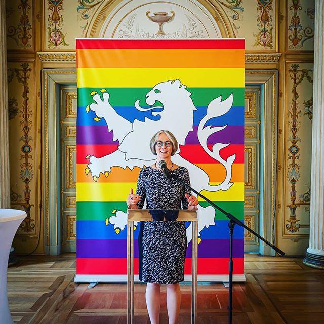 Die Vizepräsidentin des Hessischen Landtags, Karin Müller hat heute die #LSBTIQ*-Community zum Empfang in den #HLT geladen. Das ist auch Anerkennung der guten Arbeit für Akzeptanz und Vielfalt. Viel Spaß und vielen Dank für Euren Einsatz 😍🌈. #loveislove #rainbow #gay #lesbian #GRÜN #grünebrille