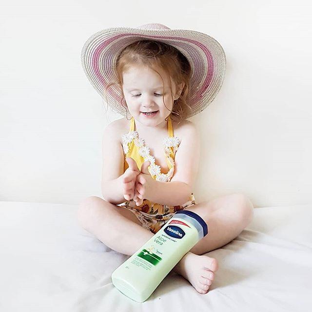 Summer may be coming to an end but our love for this Vaseline Intensive Care Aloe lotion certainly is not. We absolutely loved this for after sun skin care, but it is just as amazing for soothing our dry skin that comes along with the cool weather. Not to mention the smell will take you right back to those sunny summer days ♡  @vaselinebrand #vaseline #savemyskin #ad #aloesoothe